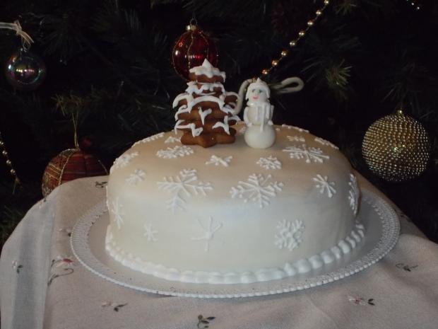 PDS al cacao con farcia al cioccolato bianco.Decorazione in PDZ, ghiaccia reale e Pan di zenzero